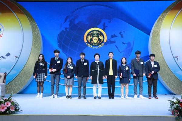 2018 한학자총재와 글로벌 초종교 장학생 대표 기념사진.jpg
